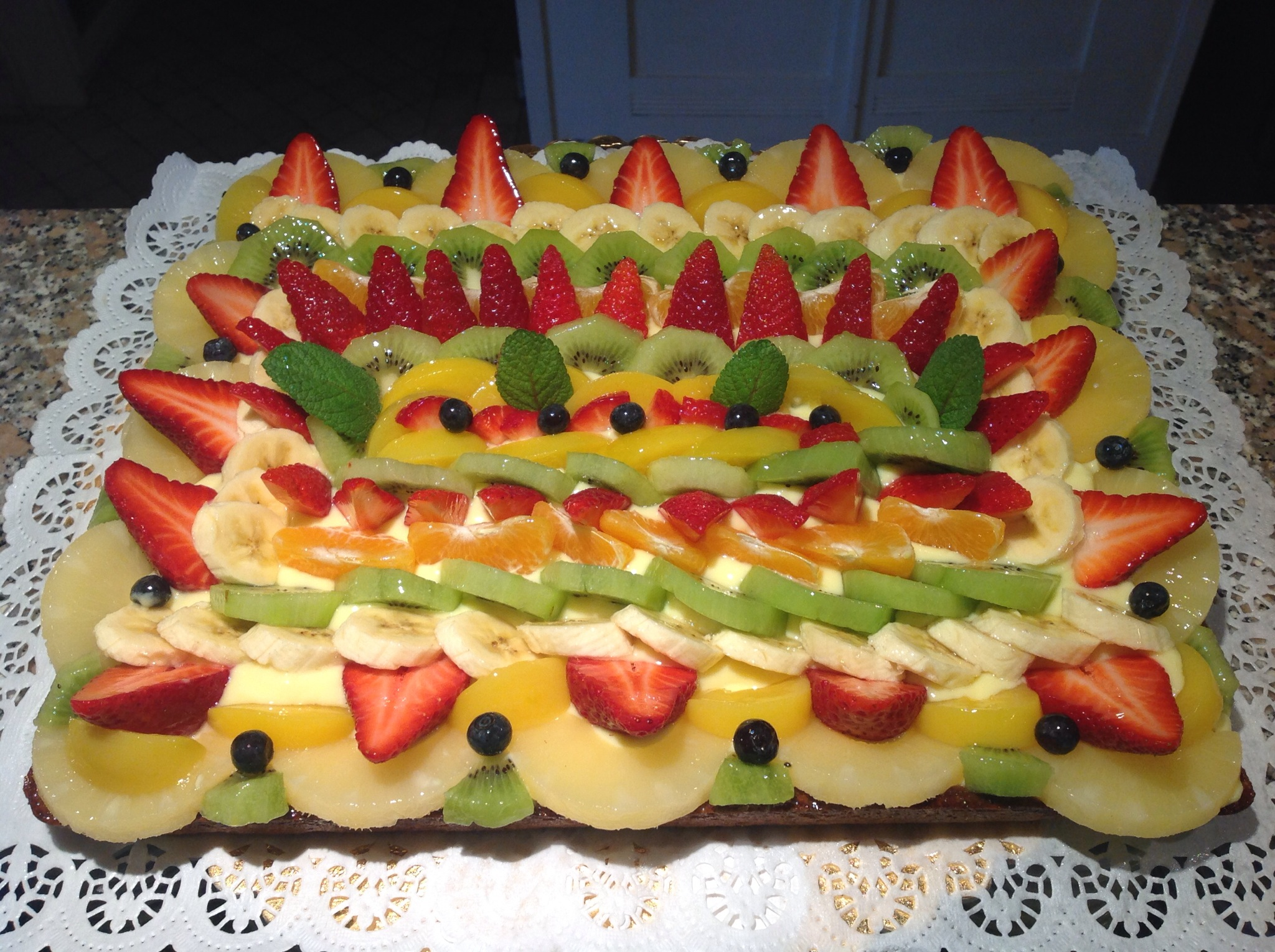 Crostata di frutta con crema pasticciera in cucina con lilly for Isola cucina a forma di torta